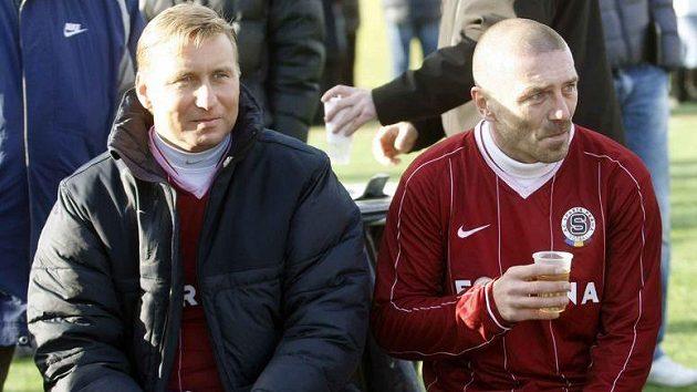 Sparťané Horst Siegl a Tomáš Řepka pijí čaj během silvestrovského derby se Slavií.
