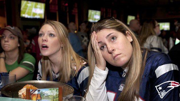 Už to asi neotočíme... Kerry Harringtonová (uprostřed) a Sara Laporteová (vpravo), smutné fanynky Patriotů v jednom z bostonských barů při sledování Super Bowlu.