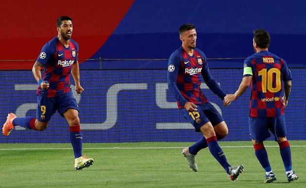 Barcelonský Clement Lenglet (15) se raduje z gólu proti Neapoli s Lionelem Messim (10) a Luisem Suárezem (9).