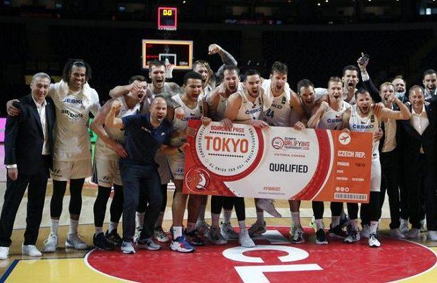 Hotovo! Čeští basketbalisté oslavují postup na olympijské hry do Tokia. Tam postoupili po drtivé výhře nad Řeckem.