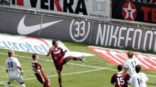 Tomáš Sivok střílí druhý gól Sparty proti Mostu.