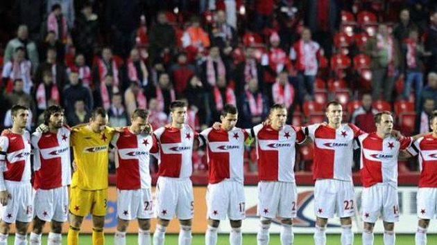 Fotbalisté Slavie při minutě ticha za zesnulou legendu Františka Veselého