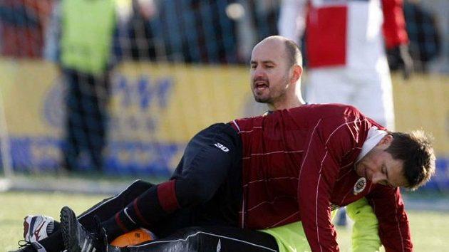 Sparťan Baranek před slávistickým brankářem Vorlem během silvestrovského derby.