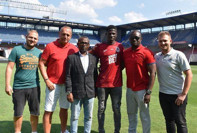 Zuberu Sharani (třetí zprava) se zástupci vedení FC Dreams a svými agenty, dynastií Zíků.