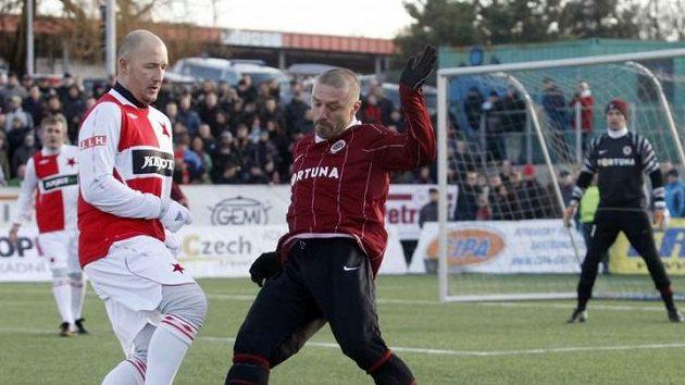 Tomáš Řepka v dresu Sparty v souboji se slávistou Luďkem Zelenkou (vlevo) během silvestrovského derby se Slavií.