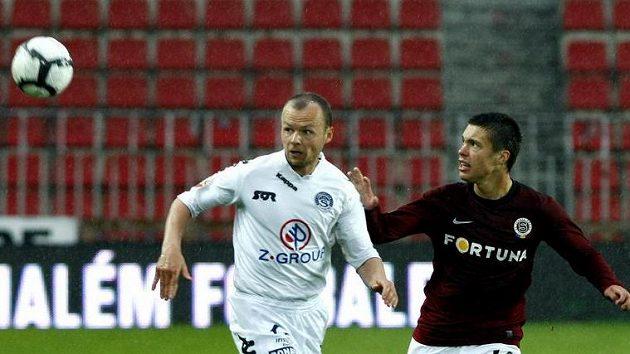 Tomáš Randa ze Slovácka (vlevo) bojuje o míč s Václavem Kadlecem ze Sparty.