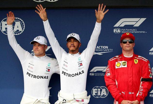 Třetí Kimi Räikkönen (vpravo) jen nerad asistoval kvalifikačnímu doublu Mercedesu. Uprostřed vítěz Lewis Hamilton, vlevo druhý Valtteri Bottas.