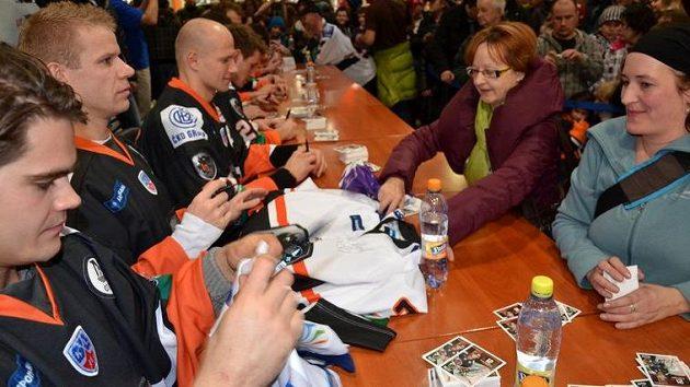 Hokejisté popradského Lva při autogramiádě s fanoušky.