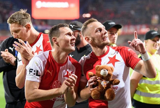 Fotbalisté Slavie Praha Jan Bořil a Vladimír Coufal během děkovačky s fanoušky po výhře na Spartě.