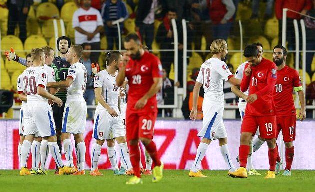 Čeští fotbalisté oslavují vítězství 2:1 v Turecku.