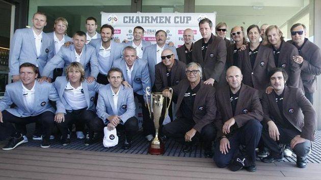 Fotbalisté (vlevo) a VIP osobnosti před zahájením golfového turnaje