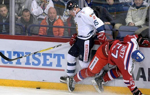 Obránce Stanislav Dietz v souboji u hrazení s Mirem Aaltonenem z Finska.