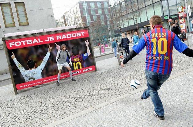 Pozor, Messi pálí!