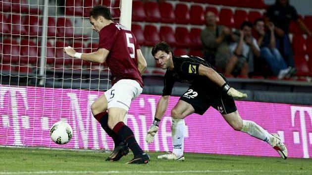 Jakub Podaný (vlevo) střílí čtvrtý gól Sparty do sítě Sarajeva.