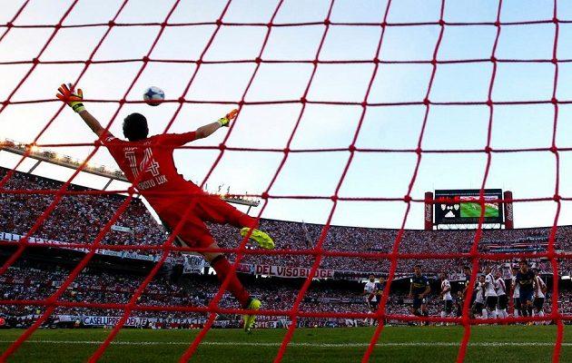 German Lux, brankář River Plate, dostává gól od Edwina Cardony z Boca Juniors.