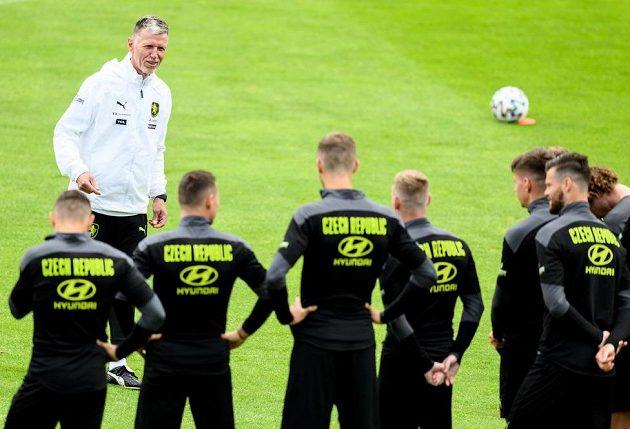 Trenér Jaroslav Šilhavý mluví k hráčům během tréninku fotbalové reprezentace před utkáním čtvrtfinále EURO 2020 s Dánskem v Praze.