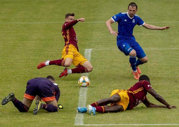 Ondřej Ullman z Dukly (druhý zleva) střílí druhý gól. Vlevo je brankář Vyšehradu Martin Otáhal, přihlížejí Milan Nitrianský z Vyšehradu (vzadu vpravo) a Karsten Ayong z Dukly (vpravo dole).