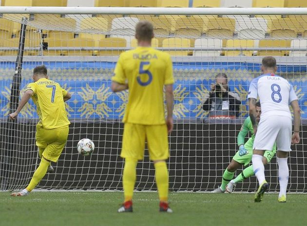 Jarmolenko proměňuje penaltu, na kterou si brankář Dúbravka stačil jen sáhnout.