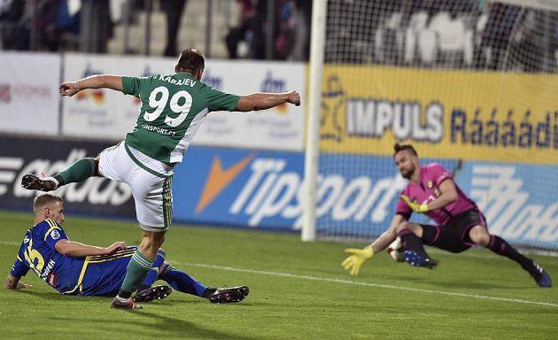 Tak se rodil hattrick... Zleva Lukáš Kryštůfek z Jihlavy a Jevgenij Kabajev z Bohemians, který dává gól brankáři Janu Hanušovi.