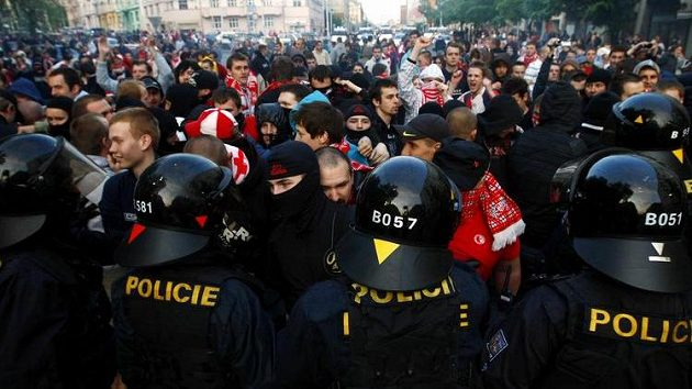 Fanoušci Slavie Praha pod dohledem policie