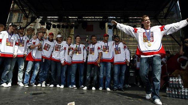 Čeští hokejisté slaví na Staroměstském náměstí, v popředí Roman Červenka