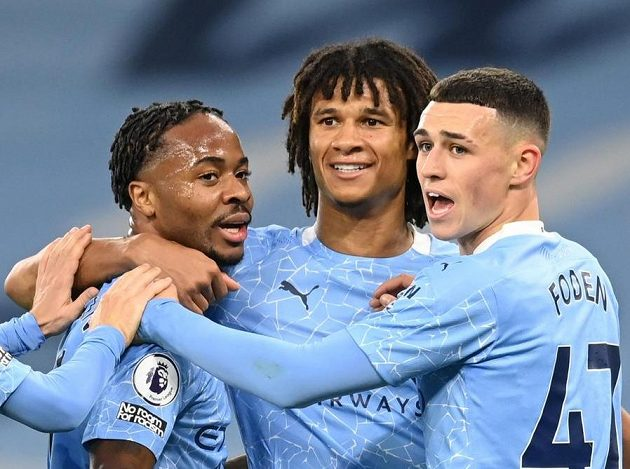 Raheem Sterling (první zleva) z Manchesteru City slaví gól spolu s Philem Fodenem a Nathanem Akem.