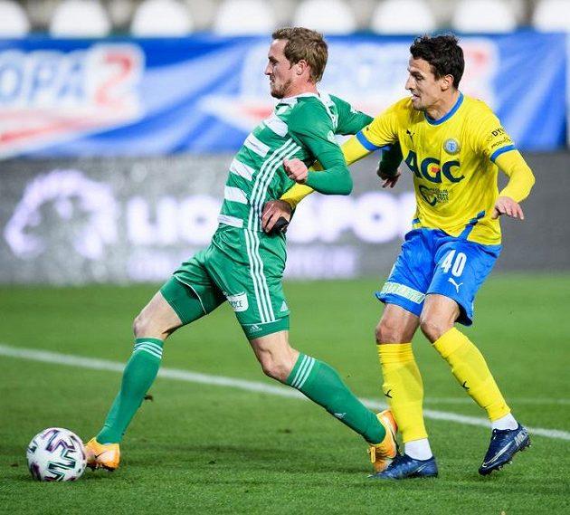 Petr Hronek z Bohemians střílí gól na 1:0, vpravo Vukadin Vukadinovič z Teplic.