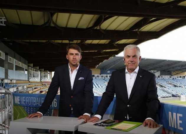 Zdeněk Grygera v televizním studiu České televize v Tours s Pavlem Čapkem.