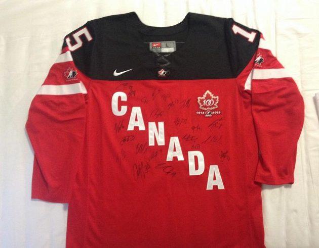 Fanoušci mohou dražit také dres Kanady podepsaný hráči týmu Javorových listů.