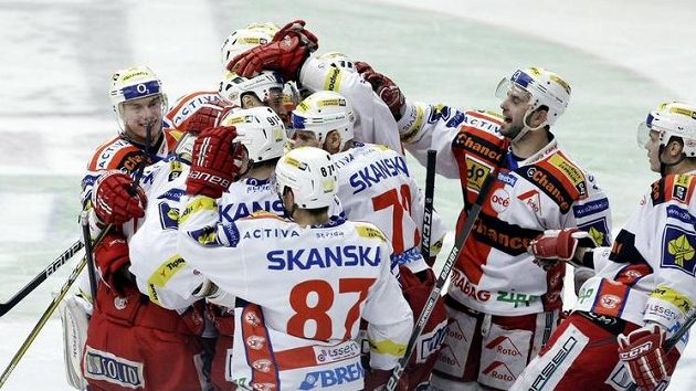 Vítězná radost hokejistů Slavie ve třetím utkání čtvrtfinále play-off se Zlínem.