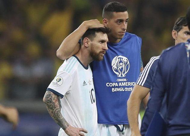 Zklamaného argentinského fotbalového reprezentanta Lionela Messiho utěšuje po porážce od Brazílie jeden ze spoluhráčů.