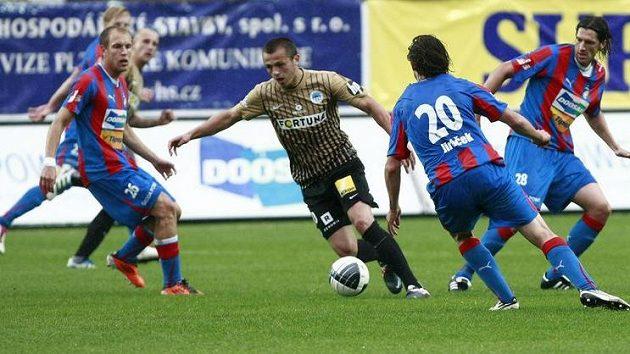 Liberecký Milos Bosančič se prodírá mezi hráči Plzně.