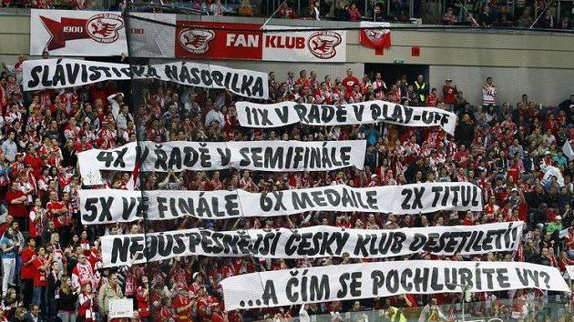 Fanoušci Slavie si povzbuzovali své hráče i textem.