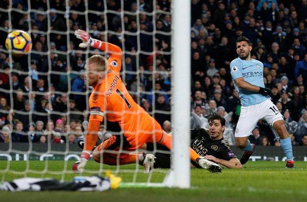 Manchester City válí dál... Sergio Agüero dává jeden ze svých čtyř gólů Leicesteru.