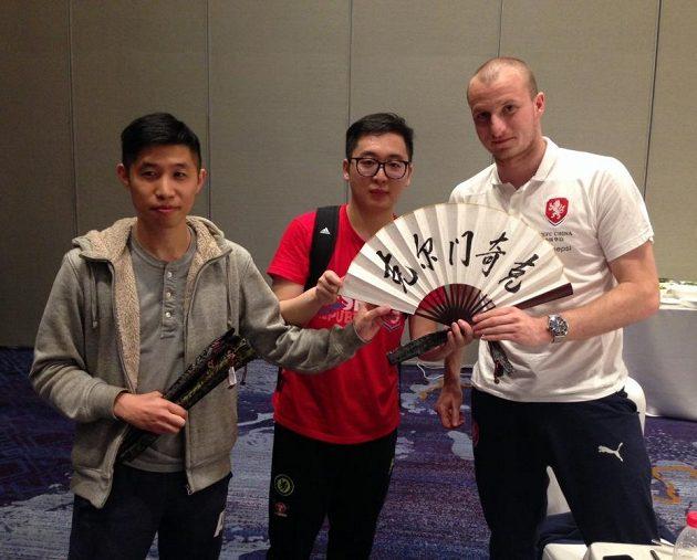 Michael Krmenčík s dárkem od čínských fanoušků českého týmu.
