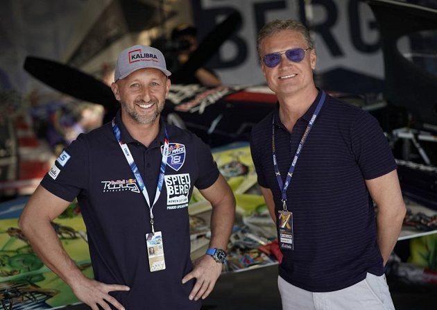Slavný pilot formule 1 David Coulthard (vpravo) na návštěvě v hangáru u Petra Kopfsteina.