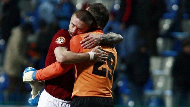 Sparťané Tomáš Řepka (vlevo) a brankář Jaromír Blažek se radují z výhry.