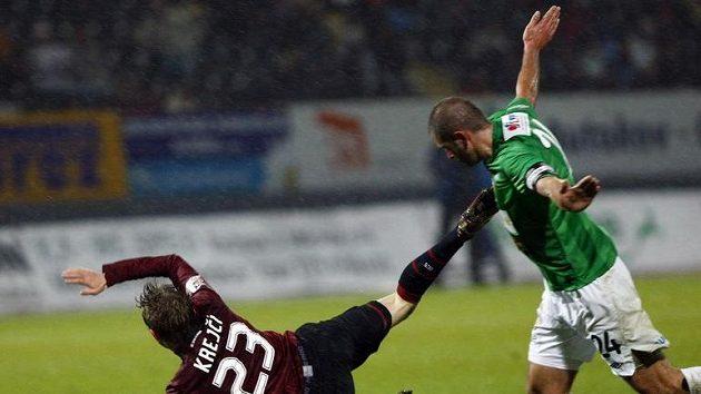 Sparťan Krejčí padá po souboji s jabloneckým Pavlíkem.