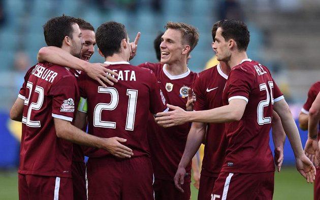 Fotbalisté Sparty Praha oslavují druhý gól během utkání na Dukle.