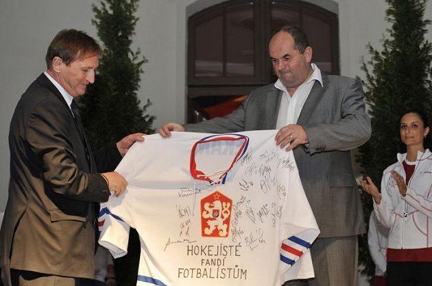 Kouč hokejové reprezentace Alois Hadamczik (vlevo) a předseda FAČR Miroslav Pelta během otevření Českého domu ve Vratislavi