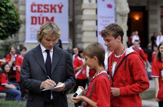 Pavel Nedvěd s fanoušky během otevření Českého domu ve Vratislavi