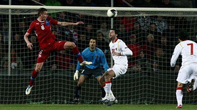 Tomáš Pekhart (vlevo) přehazuje míč přes Miodraga Džudoviče z Černé Hory.