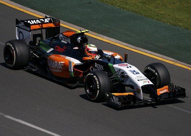 Force India řízená Sergio Perezem během prvního tréninku na GP Austrálie.
