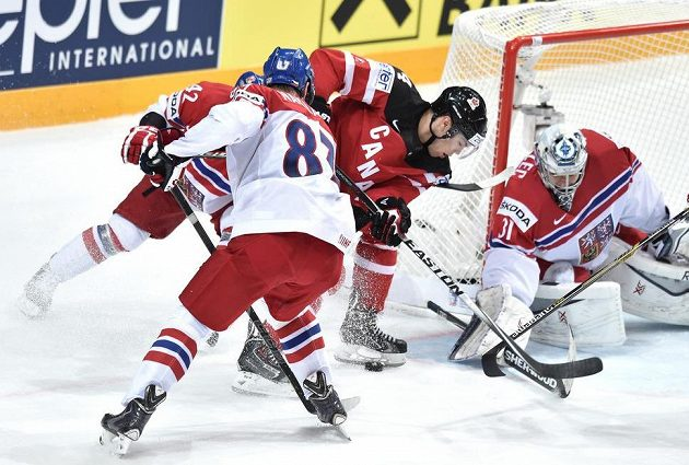 Kanadský útočník Taylor Hall, český brankář Ondřej Pavelec a Jakub Nakládal.