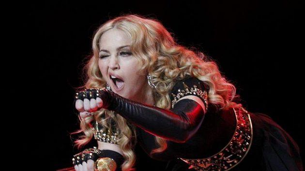 Slavná zpěvačka Madonna během vystoupení o přestávce Super Bowlu.