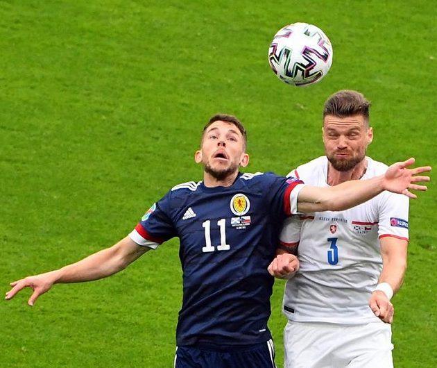 Zleva Skot Ryan Christie a český obránce Ondřej Čelůstka.