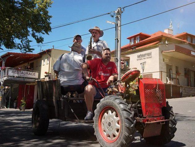 Patron projektu Pavel Horváth na traktoru s kapelou...