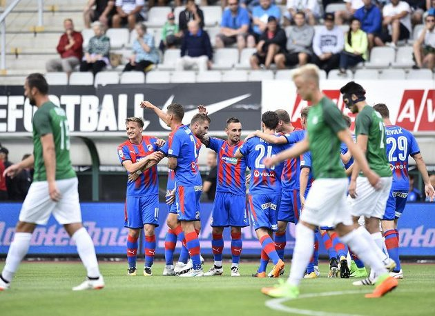 Hráči Plzně se radují z prvního gólu v Jablonci.