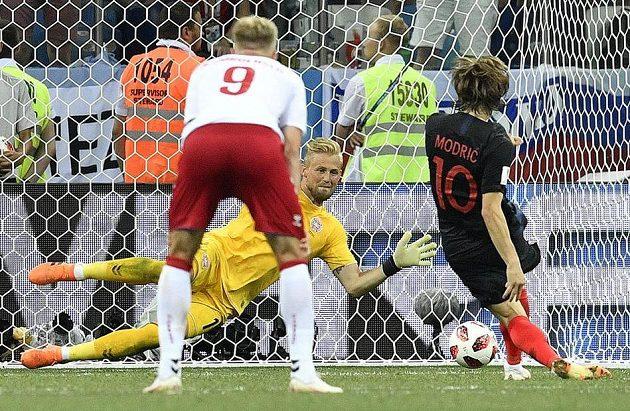 Penalta, která poslala bitvu do penaltového rozstřelu... Kasper Schmeichel chytá střelu Luky Modriče.