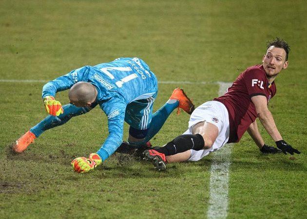 Libor Kozák ze Sparty Praha vstřelil po chybě brankáře Zlína Stanislava Dostála třetí gól.